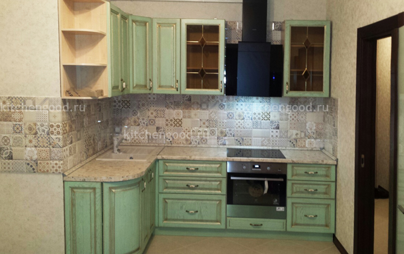 Кухонный гарнитур из массива дуба цвет Фисташка патина